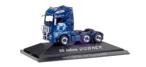 "Herpa 110853 MAN TGX XXL 6x2 Zugmaschine ""Robert Dobner"" in PC Vitrine"