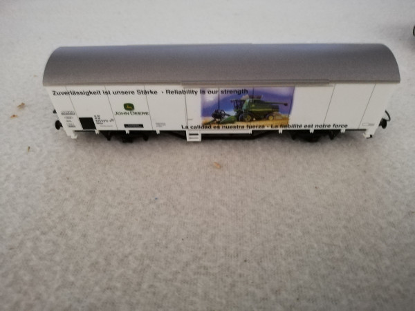 Piko 2 achs gedeckter Güterwagen John Deere 1:87