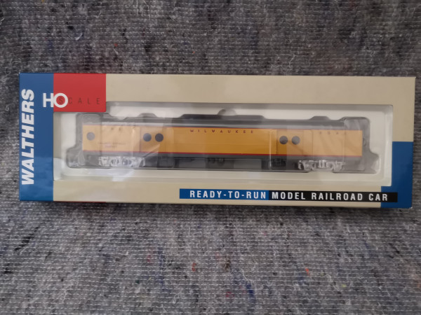 Walther 932-9221 Milwaukee Road Express Car w/Cond Wndw
